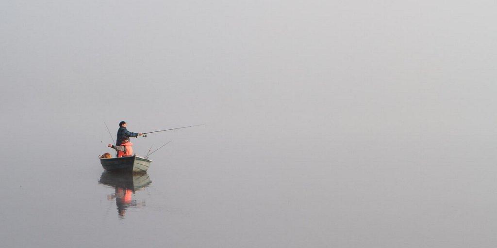 Angler vor Nebel